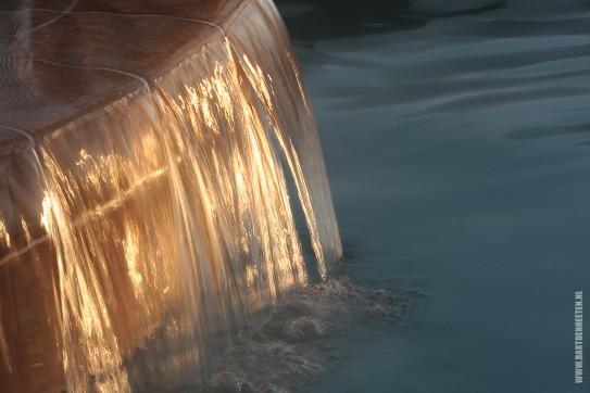 Stromend water bij zonsondergang